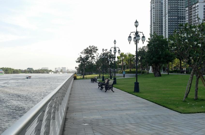 Những chiếc ghế được đặt hướng về con sông sài gòn thơ mộng