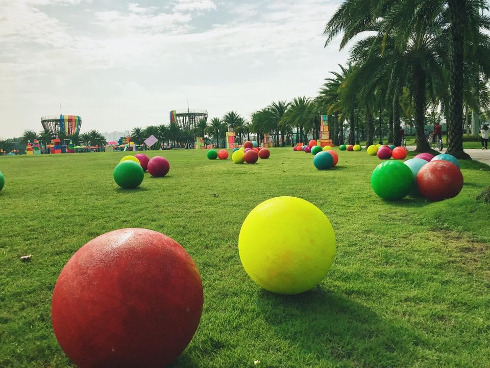 Quảng trường trung tâm cho các buổi sinh hoạt lớn tổ chức ngoài trời.